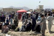 В стрельбе и давке у аэропорта Кабула погибли 12 человек: Общество: Мир: Lenta.ru