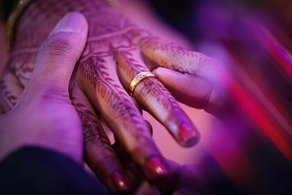 Прятавший 11 лет возлюбленную в доме родителей мужчина женился на ней: Люди: Из жизни: Lenta.ru